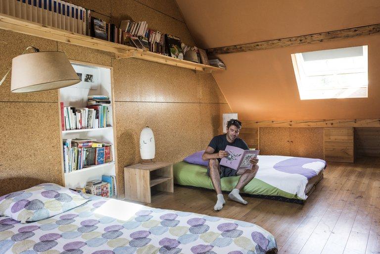 Une chambre sous les combles de la maison, un lieu d'intimité
