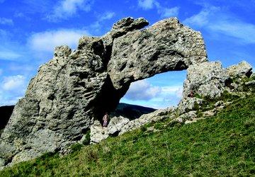 Arche naturelle qui domine le plateau matheysin, la Pierre Percée