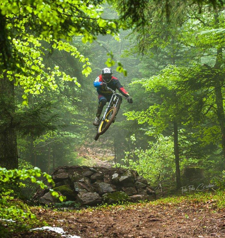 saut en VTT de descente, passage dans les bois