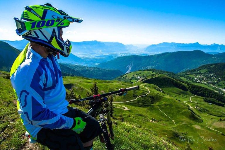 Descente de piste VTT vers la station de l'Alpe du Grand Serre