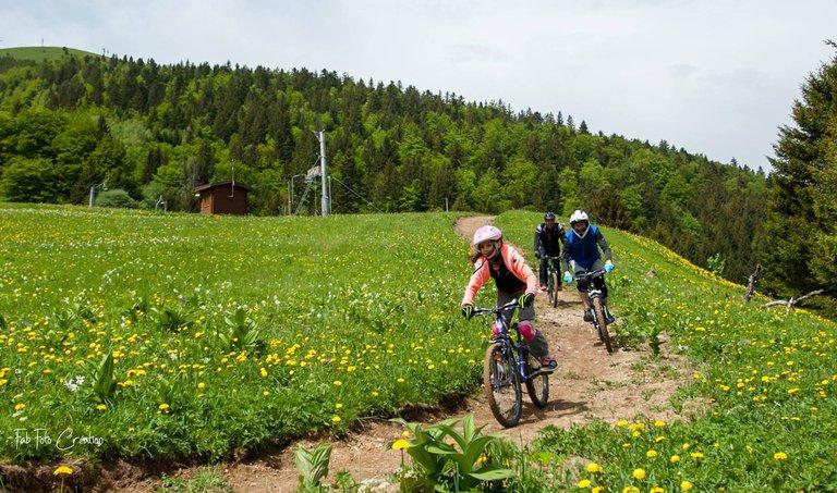 Des enfants dévalent une piste de VTT de descente