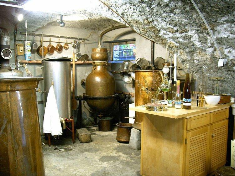 Liqueur de plantes et de génépi des Alpes, spécialité de Notre-Dame-de-la-Salette